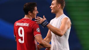 نوير (يمين) وليفاندوفسكي يحتفلان بالتأهل الى نهائي دوري ابطال اوروبا في 19 اب/اغسطس 2020 في لشبونة