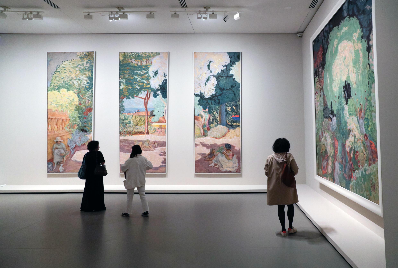 Des personnes regardent des tableaux de Pierre Bonnard lors de la visite de presse de l'exposition de la collection Morozov, le 15 septembre 2021