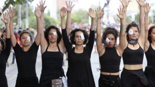 Mujeres realizan una intervención urbana en Plaza Italia, en memoria de los fallecidos durante la crisis social que vive el país, Santiago, Chile. 1 de noviembre de 2019.
