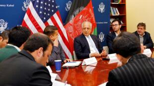 El enviado especial estadounidense para Afganistán, Zalmay Khalilzad (centro), conversa con los periodistas sobre los avances en las conversaciones que mantienen con los talibanes el 28 de enero de 2019.