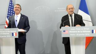 Le secrétaire américain à la Défense, Ashton Carter, et le ministre français de la Défense, Jean-Yves Le Drian, lors d'une conférence de presse le 20 janvier, à Paris.