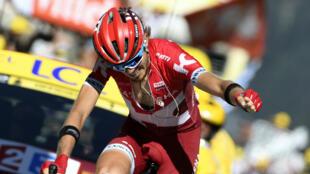 Le Russe Illnur Zakarin célèbre sa victoire lors de la 17e étape du Tour de France.