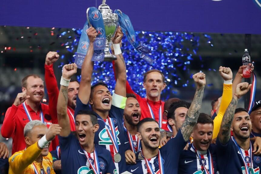 El brasileño Thiago Silva levanta el trofeo de la Copa de Francia después de vencer al Saint Ettiene. 24 de julio de 2020, París, Francia.