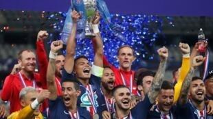 البرازيلي تياغو سيلفا يرفع كأس فرنسا بعد فوز فريقه باريس سان جرمان بلقبه الثالث عشر في مسابقة كأس فرنسا على سانت إتيان. 24 يوليو/تموز 2020، باريس، فرنسا.