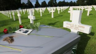 La tombe de Julius Pieper située juste à côté de celle de son frère de Ludwig, dans le cimetière américain de Colleville-sur-Mer.