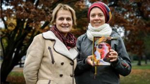 """Élisabeth Parmentier (à gauche) et Lauriane Savoy, deux des auteures d'""""Une bible des femmes"""", posent avec un exemplaire du livre, le 20novembre2018 à Genève."""