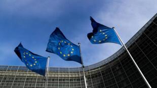 Banderas de la Unión Europea ondean fuera de la sede de la Comisión en Bruselas, Bélgica, 12 de marzo de 2018.