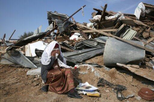 بدوية تبكي أمام منزلها الذي تم هدمه في قرية أم الحيران في صحراء النقب