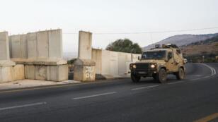 Un véhicule de l'armée israélienne patrouille le 26août2019 à la frontière israélo-libanaise, près du village de Ghajar, dans les hauteurs du Golan occupées par Israël.