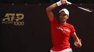 Novak Djokovic golpea una bola durante un entrenamiento para el Masters de Roma, el 14 de septiembre de 2020 en la capital italiana