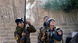 عناصر من القوات الخاصة العراقية خلال معركة مع الجهاديين في الموصل في 8 ك2/يناير 2017