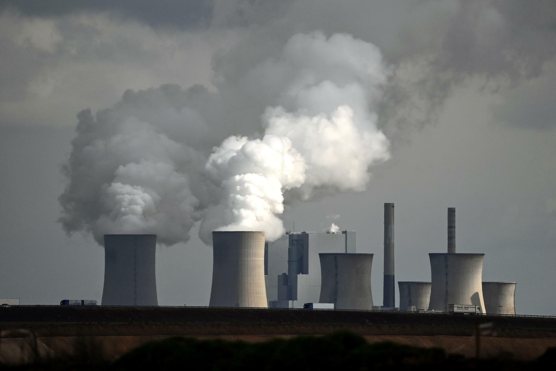 Las chimeneas de la central energética de carbón de Neurath exhalan grandes columnas de humo el 15 de marzo de 2021 en Garzweiler, al oeste de Alemania