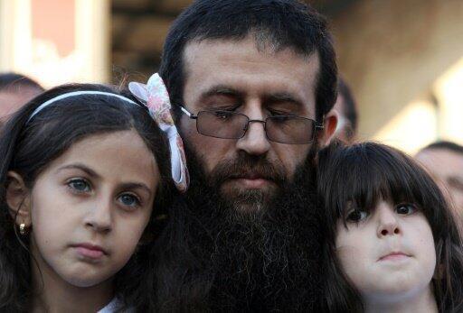 خضر عدنان مع ابنتيه في قرية عرابة بعد الإفراج عنه في 12 تموز/يوليو 2015