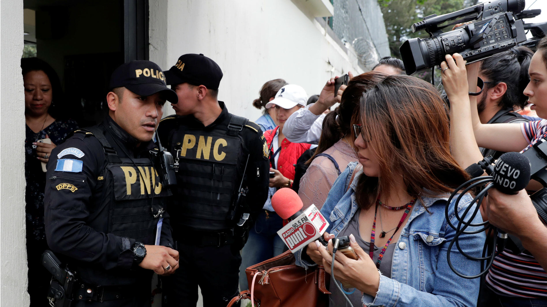 Los agentes de policía y miembros de los medios de comunicación están fuera de la sede de la Comisión Internacional Contra la Impunidad (CICIG), en Ciudad de Guatemala, Guatemala, el 31 de agosto de 2018.