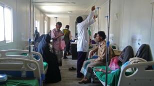 Des malades sont traités à l'hôpital pour des cas de choléra dans la province de Hodeidah, le 18 avril 2019.
