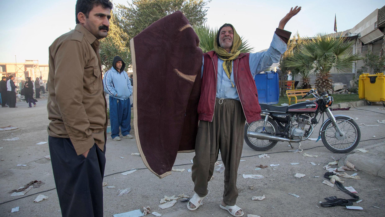 La reacción de un hombre tras un terremoto en el distrito de Sarpol-e Zahab en Kermanshah. Noviembre 13, 2017