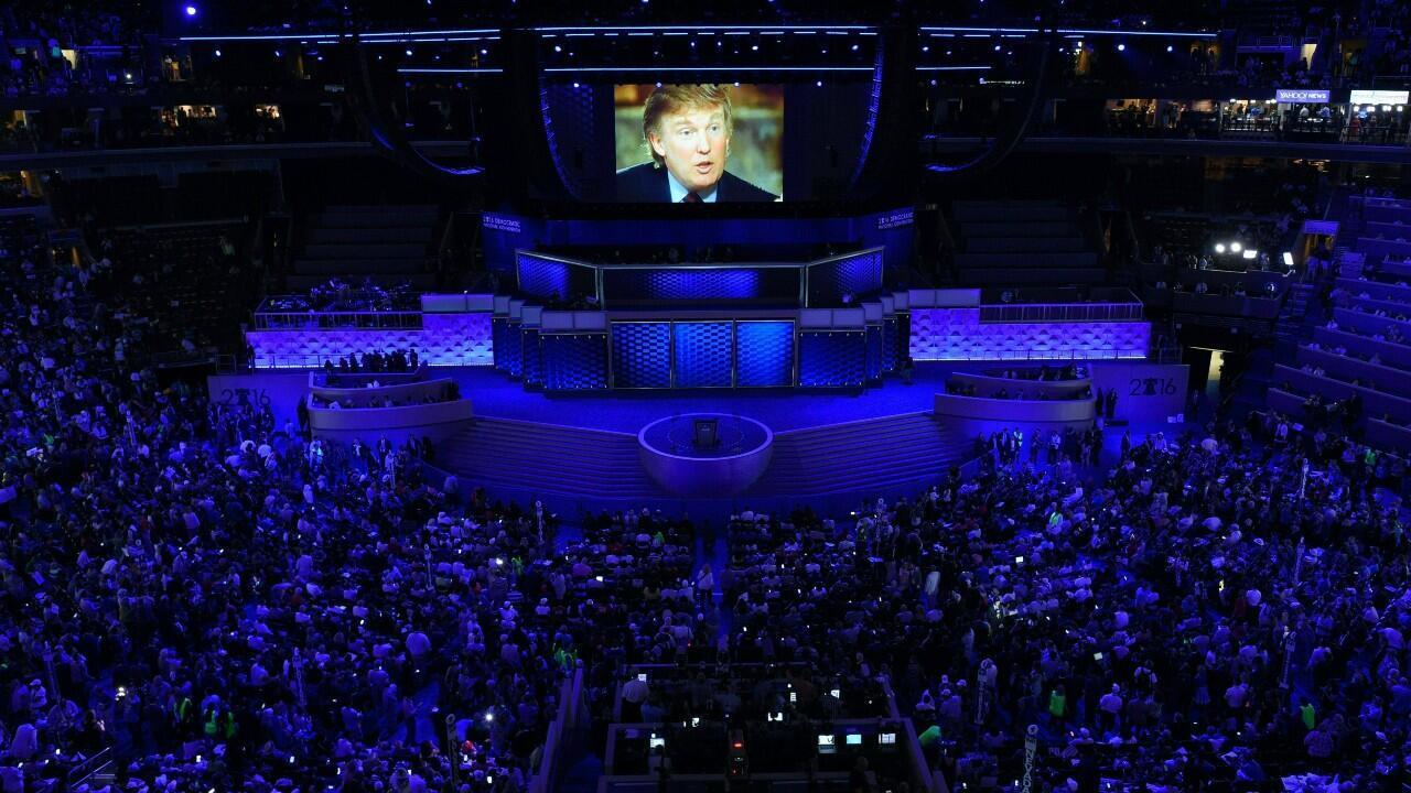 Archivo-Un video sobre la vida de Donald Trump es transmitido en una pantalla, en el primer día de la Convención Nacional Republicana, en Filadelfia, Estados Unidos, el 25 de julio de 2020.