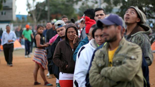 Los migrantes, parte de una caravana de miles de centroamericanos, que intentan llegar a Estados Unidos, hacen fila en busca de ayuda en un refugio en Tijuana, México, el 19 de noviembre de 2018.