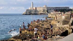 """Des touristes sur le """"Malecon"""" de La Havane."""