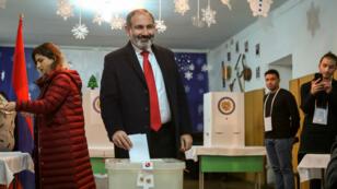Le Premier ministre arménien par intérim Nikol Pachinian vote à Erevan, le 9 décembre 2018.