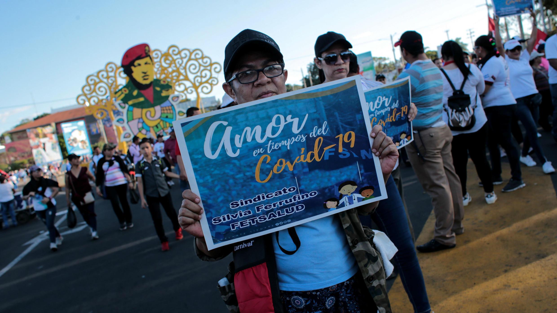 Una mujer asiste a la marcha convocada por el Gobierno en solidaridad con los países afectados por el Covid-19. Managua, Nicaragua.