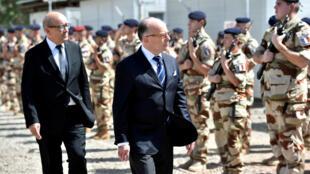 Le Premier ministre français Bernard Cazeneuve, accompagné du ministre de la Défense Jean-Yves Le Drian, jeudi 29 décembre 2016, à N'Djamena, au Tchad.