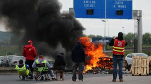 Des manifestants bloquent une route pour protester contre la Loi Travail, le 18 mai 2016 à  Gonfreville-l'Orcher, dans le nord-ouest de la France.