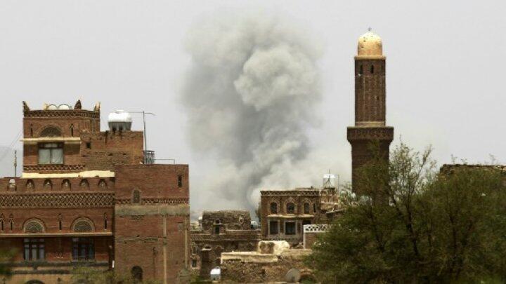 أ ف ب   الدخان يتصاعد بعد قصف استهدف مخزن ذخيرة للحوثيين، في صنعاء في 2 تموز/يوليو 2015