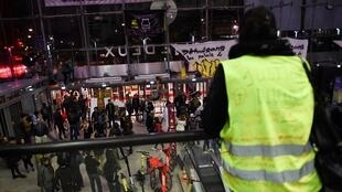 """نشطاء من حركة """"السترات الصفراء"""" في أحد المراكز التجارية في باريس. 05 أكتوبر/تشرين الأول 2019."""