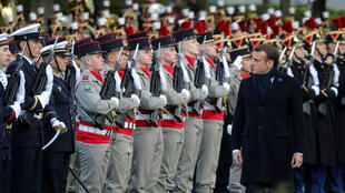 El presidente de Francia, Emmanuel Macron, pasa revista a las tropas durante la inauguración de un monumento a los caídos en operaciones exteriores en el marco de la conmemoración del Día de Armisticio del 11 de noviembre de 1918. París, Francia, 11 de noviembre de 2019.