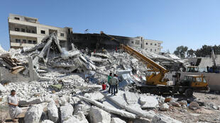Deux immeubles soufflés par l'explosion d'un dépôt d'armes dans la localité de Sarmada, dans la province d'Idlib en Syrie, le 12 août 2018.