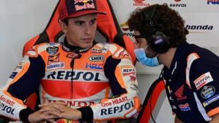 Le pilote Honda Marc Marquez échange avec un membre de son équipe en marge des essais du GP moto d'Andalousie à Jerez, le 25 juillet 2020