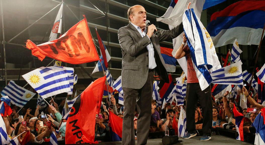 El candidato presidencial del partido oficialista, Frente Amplio, habla ante cientos de sus seguidores, tras conocer los resultados de la primera vuelta electoral, en Montevideo, Uruguay, el 27 de octubre de 2019.