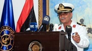 المتحدث باسم البحرية الليبية أيوب قاسم خلال مؤتمر صحافي في قاعدة طرابلس البحرية في العاشر من آب/أغسطس 2017