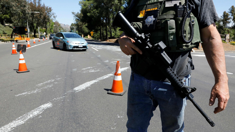Un diputado del alguacil del condado de San Diego asegura la escena de un incidente de tiroteo en la sinagoga de la Congregación Chabad en Poway, al norte de San Diego, California, EE. UU., 27 de abril de 2019.