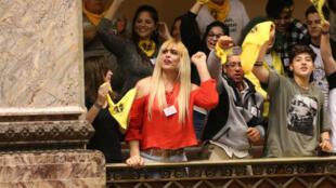 Integrantes de colectivos trans asisten desde la tribuna de invitados al pleno celebrado el 19 de octubre de 2018 en la Cámara de Diputados uruguaya donde fue aprobada la Ley Integral para Personas Trans.