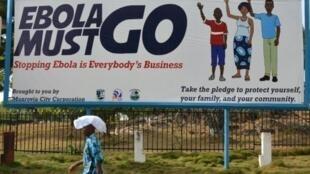 لافتة لحملة مكافحة وباء إيبولا في مونروفيا في 23 شباط/فبراير 2015
