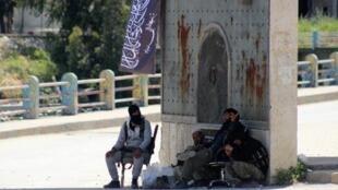 """مسلحون من """"جبهة النصرة"""" على مدخل جسر الشغور في 26 أبريل 2015"""