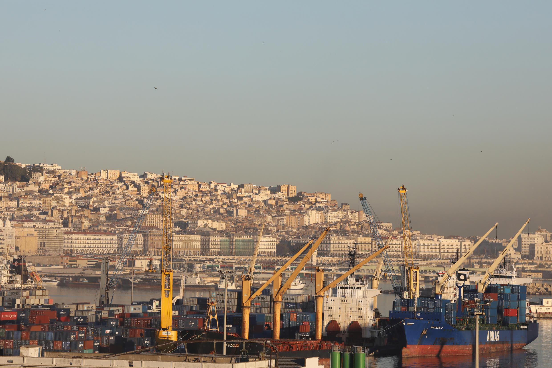 Une vue générale montre le port et les bâtiments d'Alger au lever du soleil, le 6 décembre 2017.