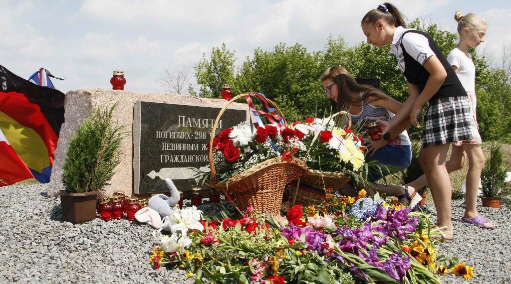 Mujeres se reúnen cerca de un monumento para las víctimas del accidente aéreo del vuelo MH17 de Malaysia Airlines para conmemorar el cuarto aniversario del accidente cerca de la aldea de Hrabove (Grabovo) en la región de Donetsk, Ucrania, el 17 de julio de 2018.