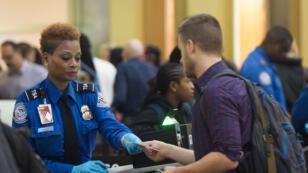 Un contrôle de sécurité à l'aéroport Reagan de Arlington, en Virginie, le 23 décembre 2015.