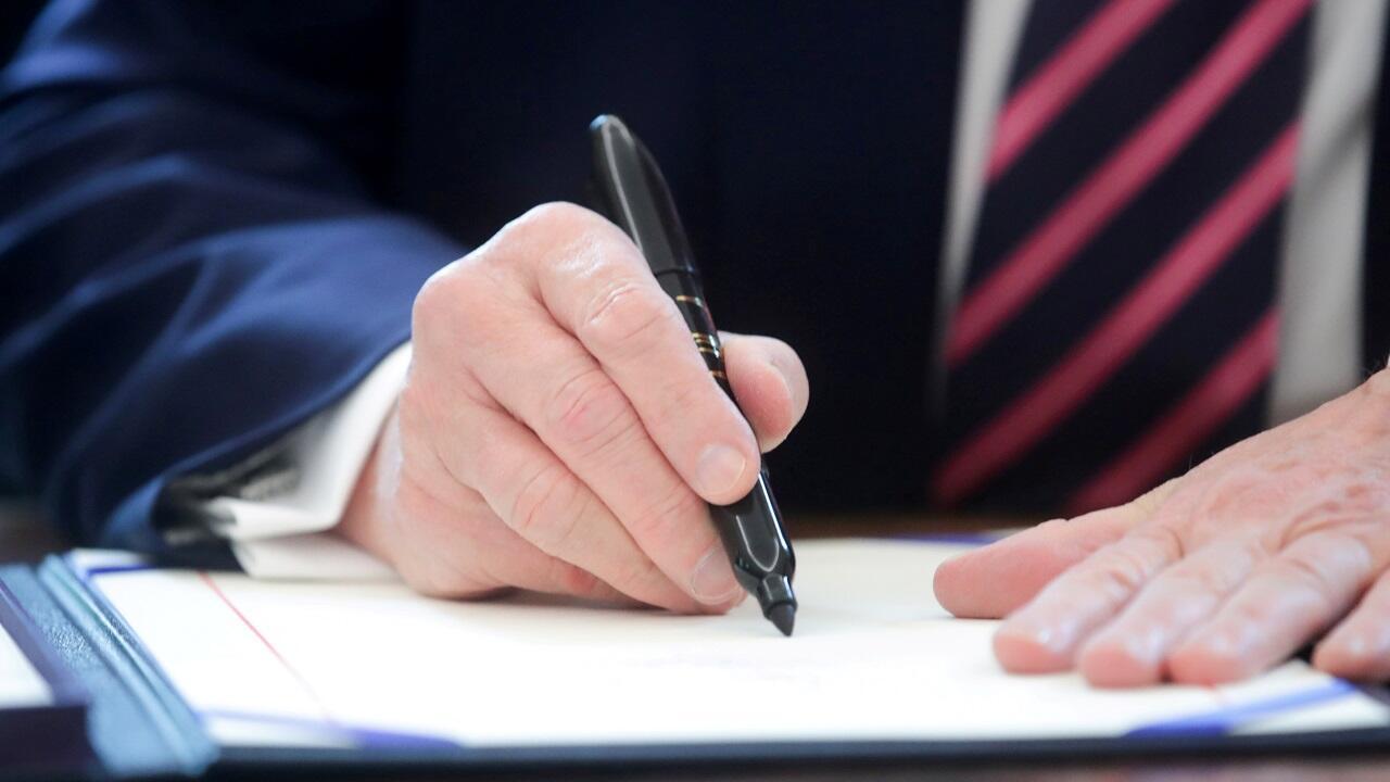 (Archivo) El presidente de Estados Unidos, Donald Trump, firma la ley del Programa de Protección a la Nómina en la Oficina Oval de la Casa Blanca en Washington, el 24 de abril de 2020.
