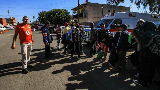 Integrantes de la caravana migrante de centroamericanos permanecen el lunes 26 de noviembre de 2018 en un albergue en la ciudad de Tijuana, en Baja California (México). La Policía Federal les informa que se les está brindando transporte a Tapachula, Chiapas.