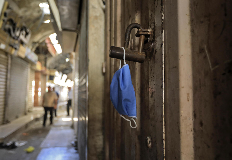كمامة عند مدخل أحد المحال في غزة في 22 أيار/مايو 2020