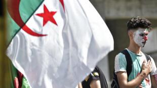 Des dizaines de milliers d'Algériens manifestent dans les rues d'Alger, chaque vendredi, depuis le 22 février2019.