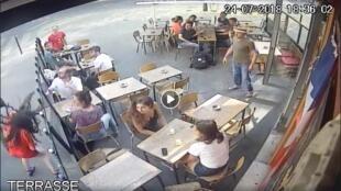 Momento en el que la joven recibe una bofetada tras defenderse de su acosador.