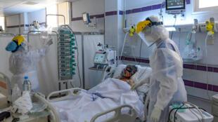 مريض مصاب بفيروس كوفيد -19 يتلقى العلاج في وحدة العناية المركزة بأحد مستشفيات مدينة قابس بجنوب شرق تونس يوم 26 آب/أغسطس 2020.