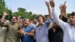 أنصار زعيم المعارضة عمران خان يطلقون هتافات منددة برئيس الوزراء نواز شريف، الخميس 20 نيسان/أبريل 2017