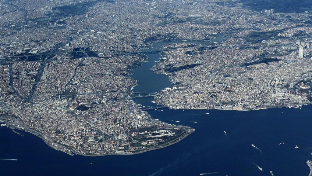 Vue aérienne des rives du Bosphore, qui traverse Istanbul, entre la mer Noire et la mer de Marmara.