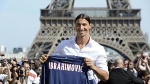 Zlatan Ibrahimovic devant la Tour Eiffel, lors de sa signature en juillet 2012.